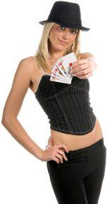 Femme avec cartes de rami